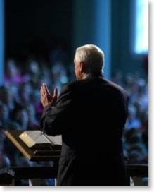 Politiker bei einer Rede vor Publikum