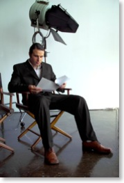 Ein Regisseur liest am Set das Drehbuch