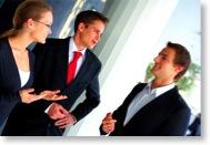 Drei Geschäftsleute unterhalten sich locker